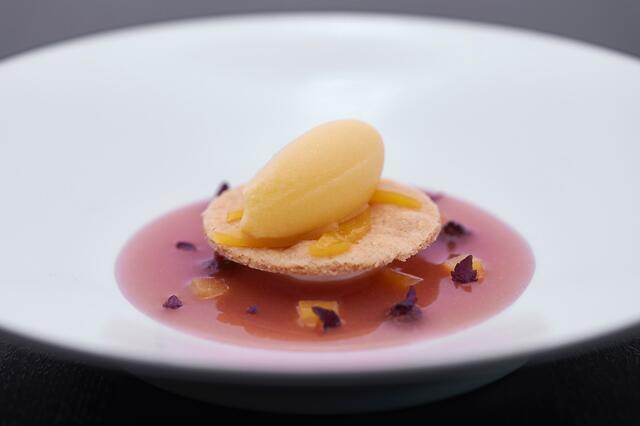 Handgeslagen mascarpone, gele perzik met shiso en hazelnootsablé
