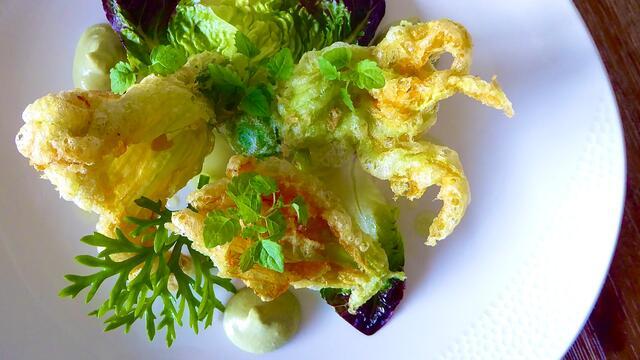 Courgettebloem en tofu tempura, Atsina Cress hummus dip