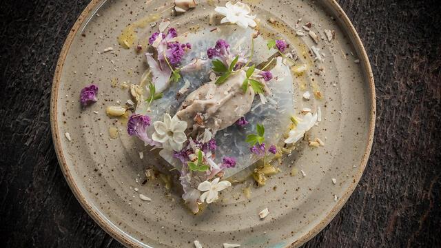 Koolrabi ravioli, paarse bloemkool met hazelnoot en Jasmine Blossom