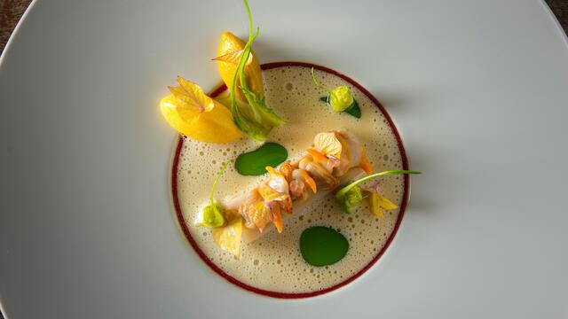 Luma varkensbuik in vin jaune polenta, puntarelle, piment d'espelette en kokkels
