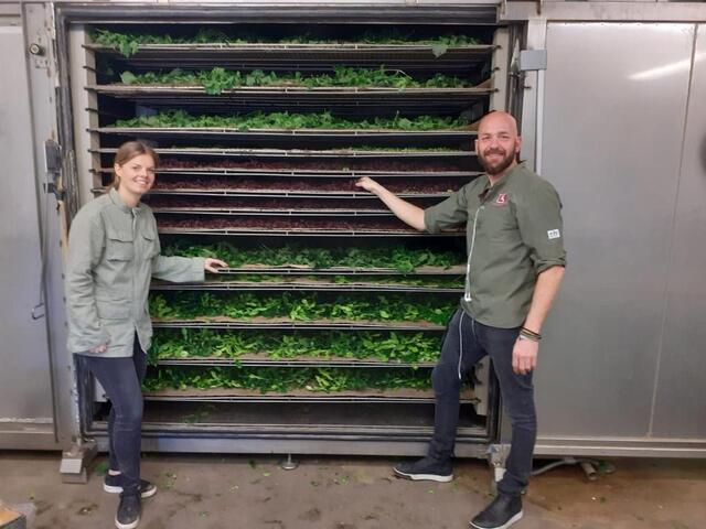 Tess Knijnenburg en Eric Miete voor de droogoven bij Opti-Dry in Rotterdam