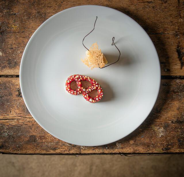 """Brezel"" Soft pretzel, caramel chocolate, plum and Honny Cress"