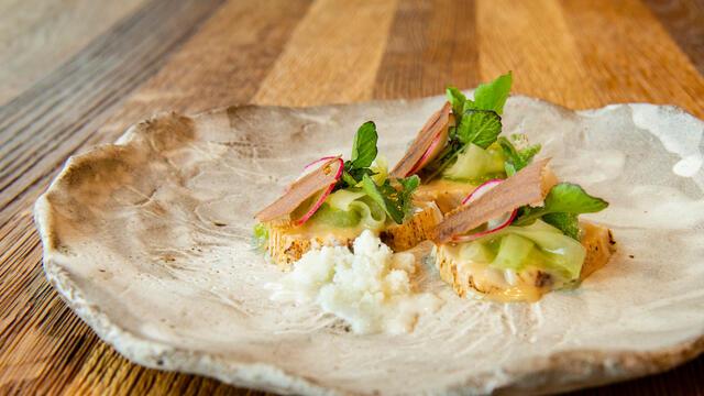 Sériole mariné, concombre, pain au levain et BlinQ Blossom