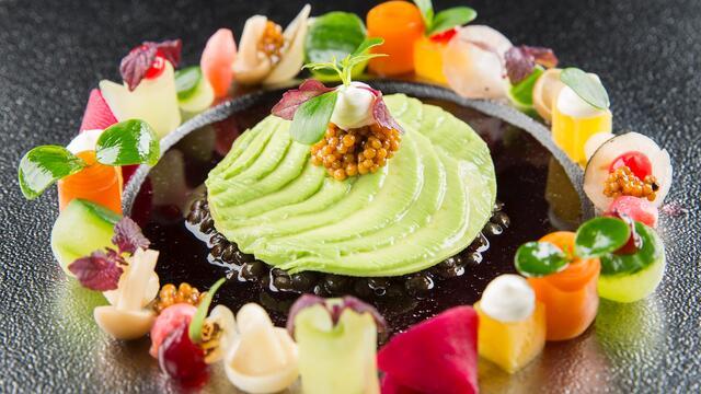 Ingelegde groenten, beluga linzen en avocado