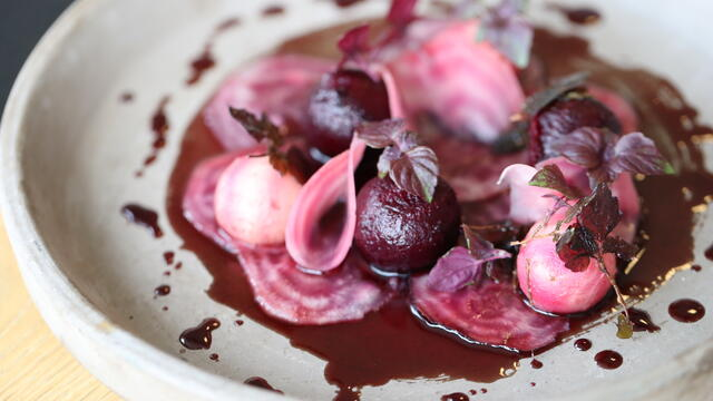 Fried Shiso Purple, gepekelde rode biet en dressing van rode wijnsiroop