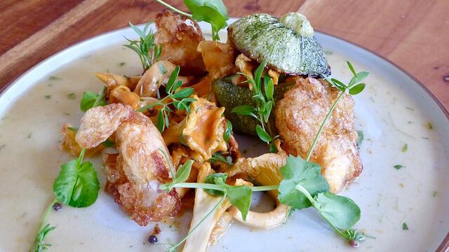 Courgette en cantharelfricassee met gebakken kwarteleitjes