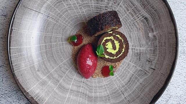 Pure chocolade en shiso Swiss roll, zwarte bessenijs