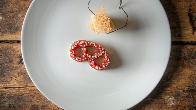 """""""Brezel"""" Zachte krakeling, caramelchocolade, pruim en Honny Cress"""