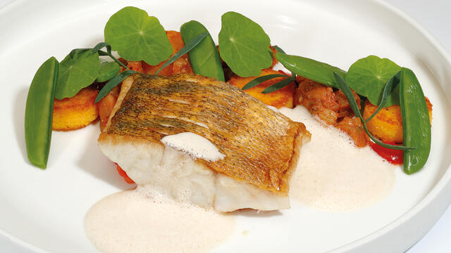 Pike perch from the Vlietlanden, baked on the skin
