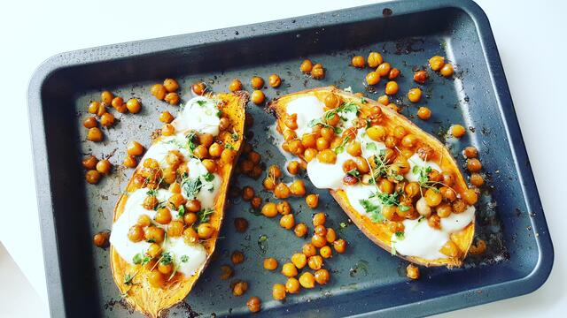 Delicious sweet potato from the oven with chickpeas, mozzarella and Atsina Cress