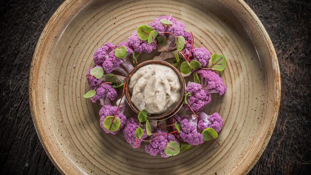 Purple cauliflower to dip with légumaise truffle and Vene Cress