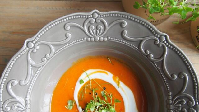 Sweet potato and bell pepper soup with fresh Cress