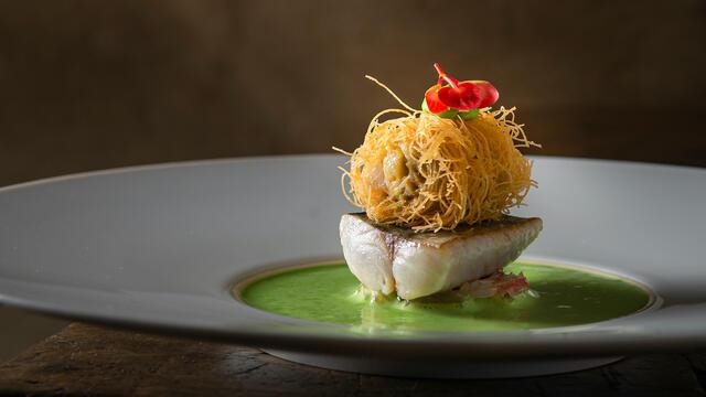 Bretonse makreel - Gebakken Gillardeau oester, pomelo, bloedsinaasappel en pistache