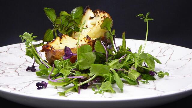 Gebakken gevulde aardappel met fetakaas en bloemkool