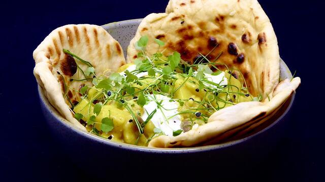 Aardappel en uien curry met yoghurtbrood