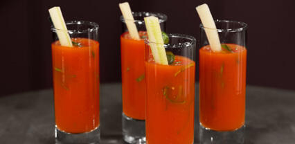 Bloody Mary servito con Borage Cress croccante