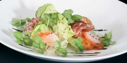 Insalata di salmone, capesante, fegato d'anatra e prosciutto Pata Negra