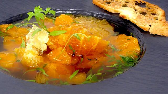 Warme clementine en rum met honingraat