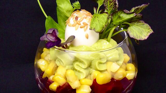 Salade van kwartelei en avocado-hummus