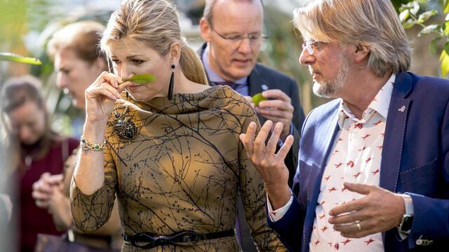 Königin Maxima genießt den Duft von frischen Blumen bei einem Besuch bei Koppert Cress