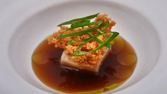 Berenjena, anguila ahumada, piel de pollo y Persinette Cress