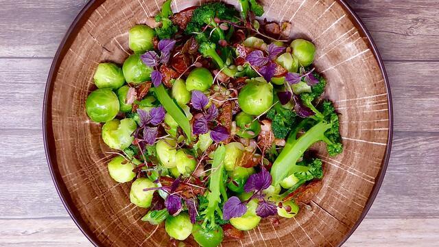 Choux de Bruxelles et chorizo épicé Shiso Purple, Adji Cress