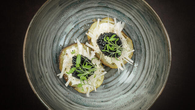 Baked potato with raw threads of Jerusalem artichoke, organ oil, imperial heritage caviar and Persinette Cress